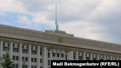 Алматы қалалық әкімдігі төбесіндегі төмен түсірілген ту. 5 маусым, 2012 жыл.