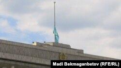Приспущенный флаг на здании акимата Алматы. Архивное фото.
