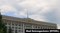 Алматы қалалық әкімдігі төбесіндегі төмен түсірілген ту