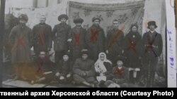 Украинанын Одесса облусунун Новодаровка кыштагында совет өкмөтү тарабынан сүргүнгө айдалган кыргыздардын өздүк көркөм чыгармачылык ийриминин артисттери. 1932-жылдын апрель айы. Херсон облустук мамлекеттик архиви.