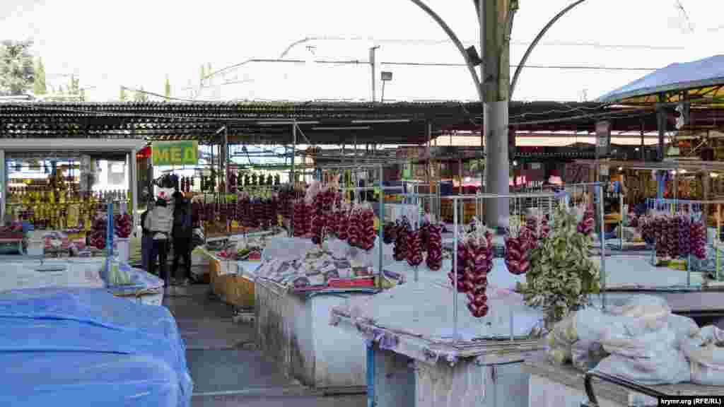 Некоторые товары на рынке накрыты марлей. Однако лук висит «без защиты»