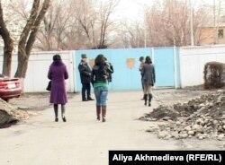 Журналисты за воротами военного суда. Талдыкорган, 12 ноября 2012 года.