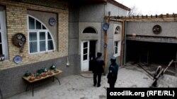 Сотрудники милиции пришли с обыском в дом риштанского гончара.