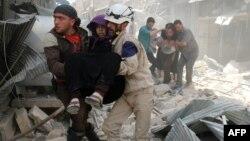 Спасатели в Алеппо помогают пострадавшим (апрель 2016)