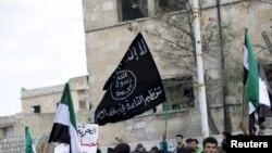 Участники антиправительственной демонстрации в сирийском городе Марат Нуман несут флаг «Аль-Каиды». Иллюстративное фото.