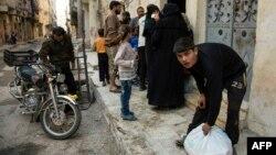 Люди отримують гуманітарну допомогу в контрольованому повстанцями східному Алеппо, 15 листопада 2016 року