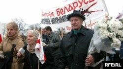 Ганна Соўсь і Мая Кляшторная падчас шэсьця на Курапаты