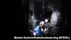 Медики ПДМШ надають першу медичну допомогу літній жінці пораненій під час артилерійського обстрілу Авдіївки, 3 лютого 2017 року