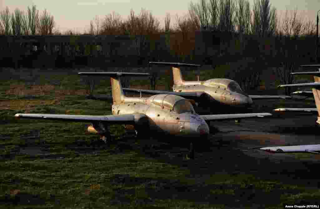 Два реактивных самолета Л-29 «Дельфин» в основном использовали для тренировок, и они также побывали в бою. Смотритель аэродрома рассказал, что в планах вновь открыть аэродром как летную школу