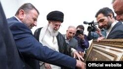 دیدار روز دوشنبه علی خامنهای با صالح العاروری، نایب رئیس دفتر سیاسی حماس (سمت چپ تصویر)