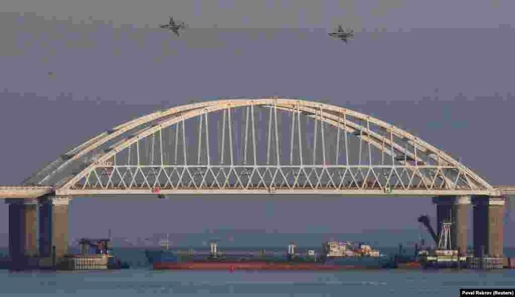 Днем 25 ноября украинские военные заявили, что группу их военных катеров, направлявшихся из Одессы в Мариуполь, протаранил корабль российской пограничной службы