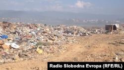 Фотографија од депонијата во Струга, која се наоѓа на само стотина метри од влезот на градот.