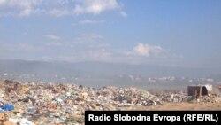 Дивата депонијата во Струга. Таа се наоѓа на само стотина метри од влезот на градот.
