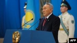 Қазақстан президенті Нұрсұлтан Назарбаев жолдауын оқып тұр. Астана, 14 желтоқсан 2012 жыл.