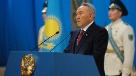 Президент Казахстана Нурсултан Назарбаев зачитывает традиционное ежегодное послание. Астана, 14 декабря 2012 года.