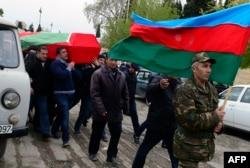 Похороны азербайджанского военнослужащего, погибшего 2 апреля, в городе Тертер в части Нагорного Карабаха, контролируемой Азербайджаном