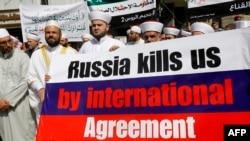 Ливандаги суний мусулмонлар Россиянинг Суриядаги ҳарбий иштирокига қарши митинг ўтказмоқда.