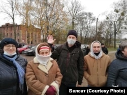 Арцём Лява (у цэнтры) пасьля вызваленьня, Баранавічы, 23 лістапада