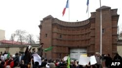 شرکتکنندگان در این تجمع اعتراضی، «خانوادههای قربانیان ترور سازمان مجاهدین» معرفی شدهاند