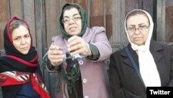 پروین محمدی (وسط) در بازداشت قبلیاش
