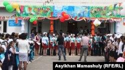 Алматы облысындағы мектептердің бірінде соңғы қоңырау шарасы өтіп жатыр