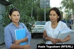 Жена подсудимого по делу «джихадистов» Алмата Жумагулова - Асель Копбосынова (слева) - и его адвокат Айнур Омарова возле здания Жетысуского районного суда. Алматы, 28 августа 2018 года.