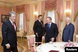 2011 год: тогдашний президент Украины Виктор Янукович (второй слева) принимает своих предшественников Виктора Ющенко (слева), Леонида Кучму (второй справа) и Леонида Кравчука (справа)