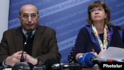 Armenia - Stepan Mnatsakanian (L), head of the National Statistical Service (NSS), and the World Bank's Laura Bailey present a report on poverty in Armenia, Yerevan, 18Nov2014.