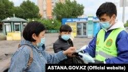 COVID-19 пандемия кезінде қорғаныс маскасын тарату. Нұр-Сұлтан, Қазақстан, 21 мамыр, 2020 жыл