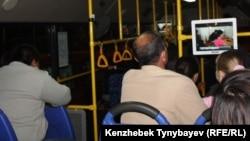 Автобустағы жолаушылар. Алматы, 16 қазан 2011 жыл.