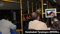 Алматы автобусындағы жолаушылар. (Көрнекі сурет)
