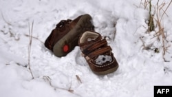 Disa këpucë të fëmijëve në fshatin serb Baçki Vinogradi që gjendet në kufi me Hungarinë.