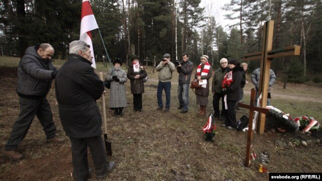 The cross was installed on November 29 in Kurapaty in memory of Polish officers murdered by Soviet secret police.