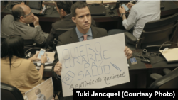 Хуан Гуайдо, тады яшчэ проста дэпутат парлямэнту, на пасяджэньні, прысьвечаным мэдычнаму крызісу. Кадр зь фільму Está Todo Bien