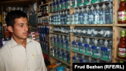 """Продавец в торговой точке на """"базаре Обамы"""" в Кабуле."""