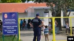 Мігранти в таборі для мігрантів у Сербії на кордоні з Угорщиною, архівне фото