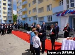 Ключи от квартир ветеранам вручает российский министр Мень