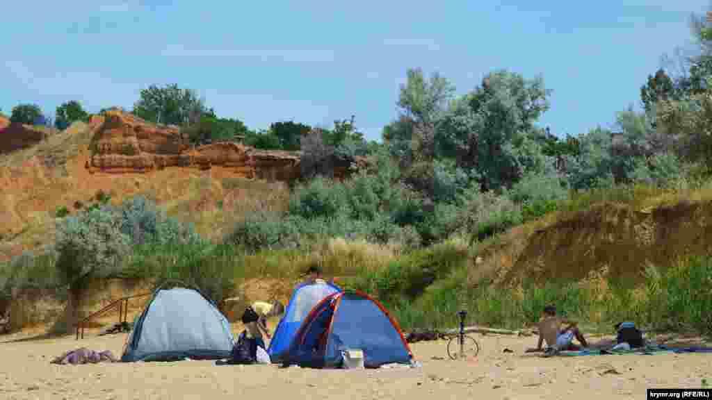 Туристи люблять ставити намети прямо біля берега