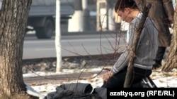 Мусульманин молится на улице Алматы. 28 ноября 2012 года. Иллюстративное фото.