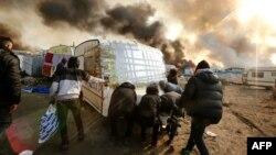 Пожари во мигрантскиот камп во близина на францускиот град Кале