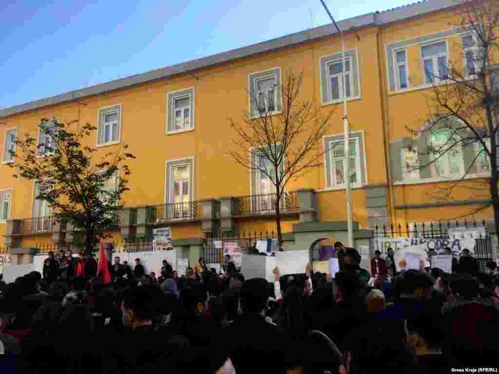 Qindra studentë të Universitetit të Tiranës po protestojnë, duke kërkuar uljen e tarifave të shkollimit dhe përmirësim të cilësisë në arsimin publik të Shqipërisë.