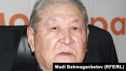Қазақстан компартиясының бұрынғы басшысы Cерікболсын Әбділдин Азаттық радиосының Алматыдағы бюросында. 8 желтоқсан 2011 жыл.