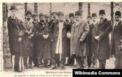 Müzəffərəddin Şah (ortada) Fransada, 1902