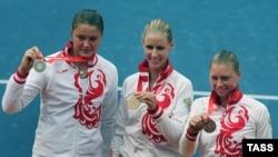 Покорительницы Пекина (слева направо) Динара Сафина, Елена Дементьева и Вера Звонарева. Первые две продолжили успешные выступления и в Нью-Йорке