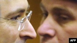 Mihail Hodorkovski alături de un ofițer de poliție la tribunalul din Moscova