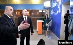 Михаил Мишустин и Владимир Путин во время посещения президентом Федеральной налоговой службы. Апрель 2017 года