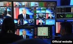 Президент Кыргызстана Алмазбек Атамбаев на экране телевизоров во время интервью телеканалу Euronews. Бельгия, 17 февраля 2017 года.