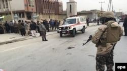 Сотрудники сил безопасности у здания мечети Бакир уль-Олум в Кабуле, где произошел взрыв. 21 ноября 2016 года.
