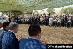 Президент Алмазбек Атамбаевдин Өзгөн районунда көчкүдөн жабыркагандар менен жолугушуусу. 28-август, 2017-жыл