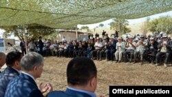Президент Алмазбек Атамбаев на встрече с жителями Узгенского района, пострадавших от оползней. 28 августа 2017 г.
